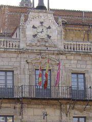 Ayuntamiento de León con las banderas de España, Castilla y León, y de la ciudad
