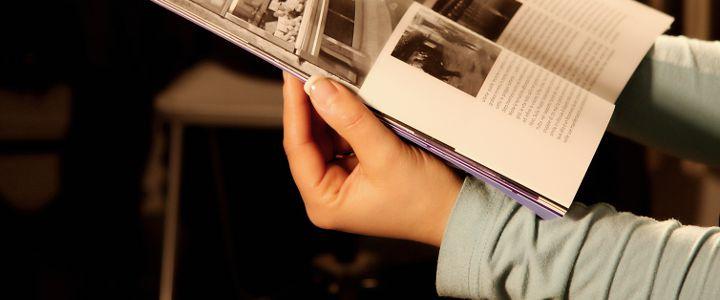 Persona leyendo un artículo