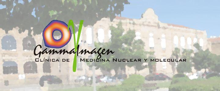 Logos de Gammaimagen y del Hospital de la Santísima Trinidad, sobre óleo de la fachada del hospital